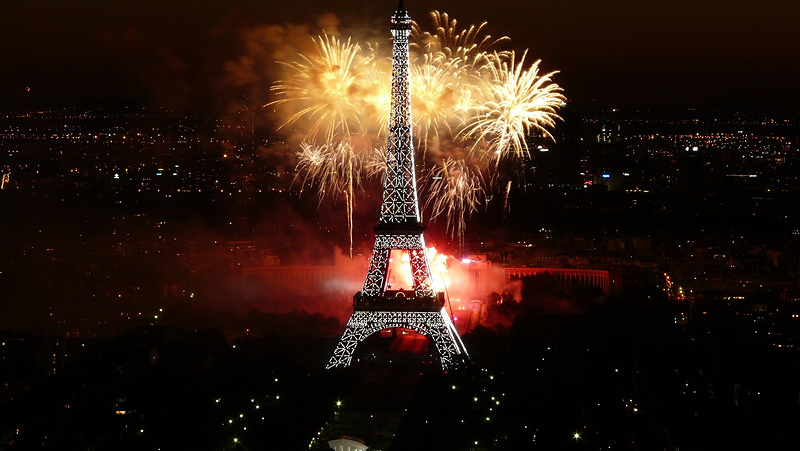 Feu_dartifice_du_14_juillet_2008_sur_le_site_de_la_Tour_Eiffel_a_Paris_vu_de_la_Tour_Montparnasse_-_Fireworks_on_Eiffel_Tower